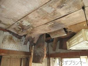 雨漏りで腐食が進み、天井が落ちる