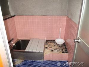 寒々しいタイル張りのお風呂